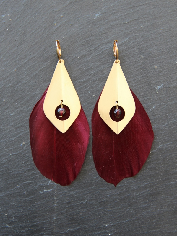 Boucles d'oreilles plumes bordeaux, losange en laiton brut (doré) & perle de pierre semi-précieuse - Collection Valentine - Myo Jewel - Créatrice bijoux fins - Nantes