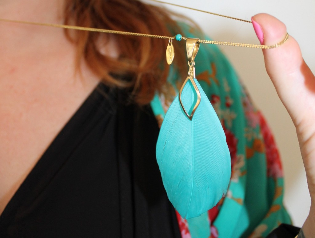 Charlotte porte le sautoir plume turquoise de la collection Bora Bora Bijoux Myojewel