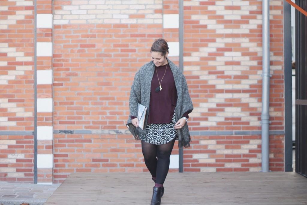 Amélie porte le sautoir plume noir de la collection SO CHIC par Myo Jewel